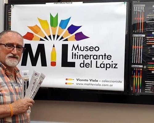 EL MUSEO ITINERANTE DEL LÁPIZ YA SE DEJA VER: LO ARMÓ UN PLATENSE QUE ATESORA 18 MIL